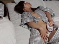 家族旅行で訪れた温泉旅館で妻と娘が寝ている間にこっそりと有料エロチャンネルのセクシー映像を見ていたら娘は実は起きていたらしく、私にバレないように布団に隠れて有料エロチャンネルをガン見!